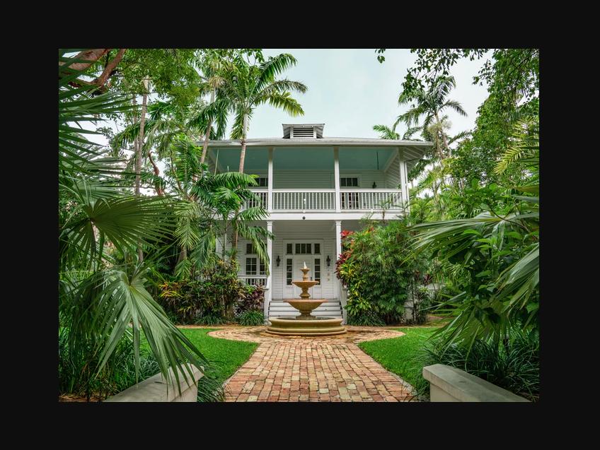Rumah indah dengan taman rumah, foto: unsplash.com