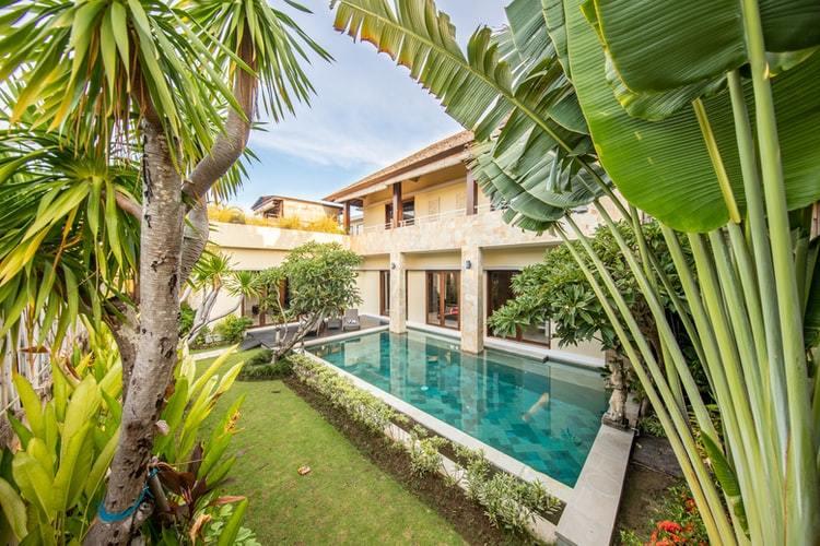 Taman rumah dan kolam renang, foto: unsplash.com